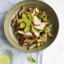 recept: Pasta met groene groentesaus, kalkoenfilet en avocado