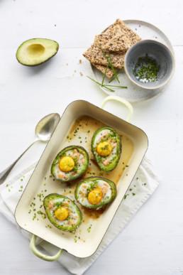 gezonder met viv avocado met gerookte zalm en ei